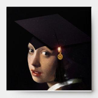 Chica con el gorra de la graduación sobres