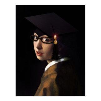 Chica con el gorra de la graduación postal
