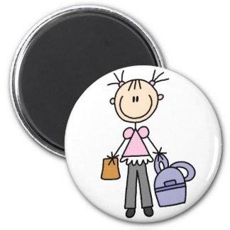 Chica con el imán de la mochila
