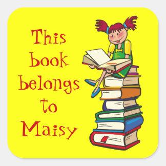 Chica con el letrero de los libros pegatina cuadrada