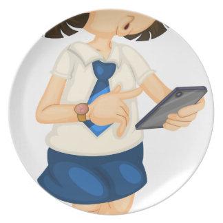 Chica con el móvil platos para fiestas