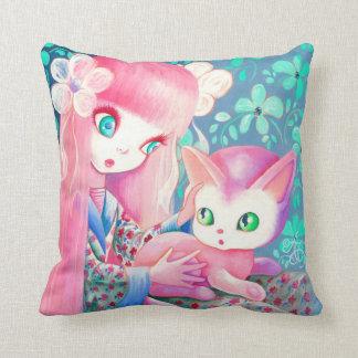 Chica con el pelo rosado en kimono con el gato de cojin