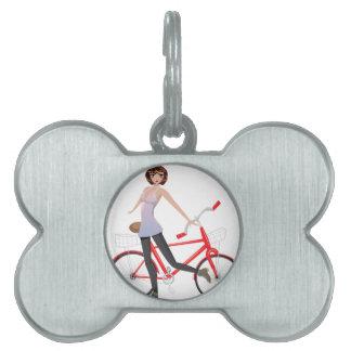 Chica con la bicicleta placas de nombre de mascota