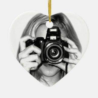 Chica con la cámara adorno navideño de cerámica en forma de corazón