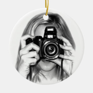 Chica con la cámara adorno navideño redondo de cerámica