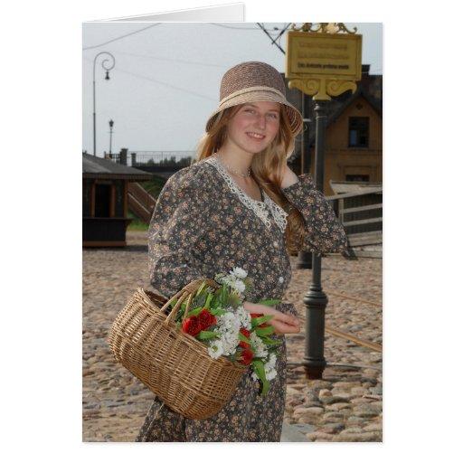 Chica con la cesta de flores felicitaciones