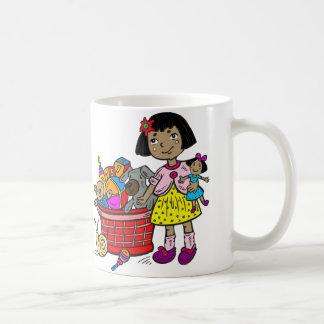 Chica con la cesta de juguetes taza de café