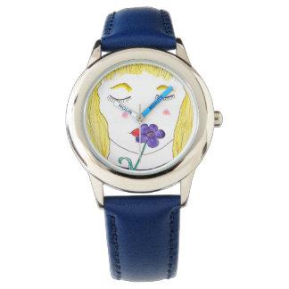 Chica con la flor en el reloj azul del acero