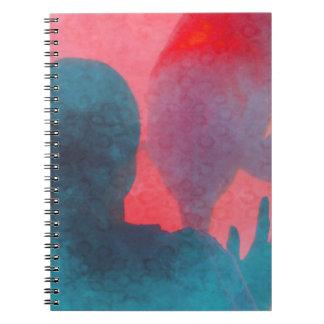 Chica con la mano para arriba por el rosa azul del libro de apuntes con espiral