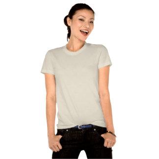 Chica con la mano para arriba por el rosa azul del tee shirts