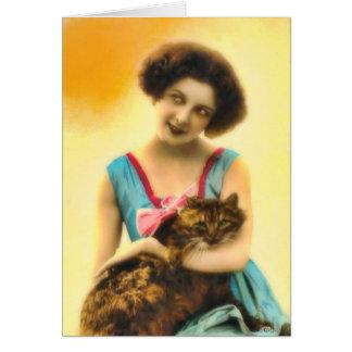 Chica con la tarjeta del gato del mascota