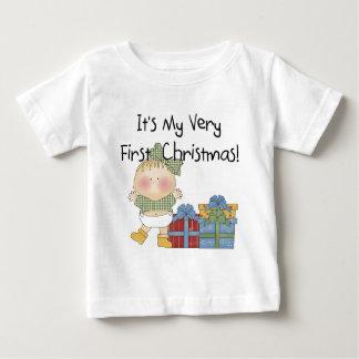Chica con las 1ras camisetas y regalos del navidad playeras