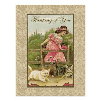 Chica con los gatos que piensan en usted tarjetas postales