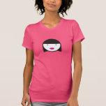 Chica con los labios rosados y la camiseta del pel