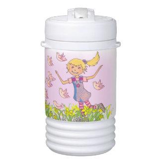 Chica con los pájaros que agitan la botella rosada enfriador de bebida igloo