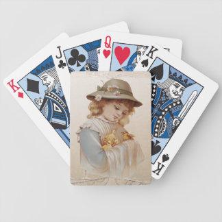 Chica con los patos del bebé barajas de cartas