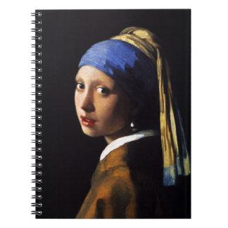 Chica con un cuaderno del pendiente de la perla