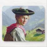 Chica con un gorra en paisaje de la montaña mousepad