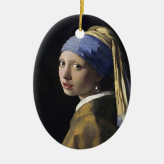 Chica con un pendiente de la perla adorno navideño ovalado de cerámica