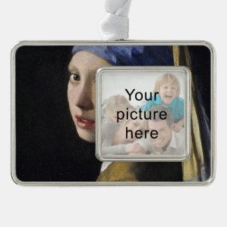 Chica con un pendiente de la perla adornos con foto