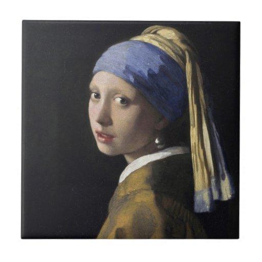 Chica con un pendiente de la perla azulejo ceramica