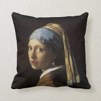 Chica con un pendiente de la perla almohada