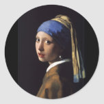 Chica con un pendiente de la perla etiquetas redondas