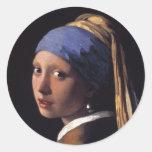 Chica con un pendiente de la perla pegatinas redondas