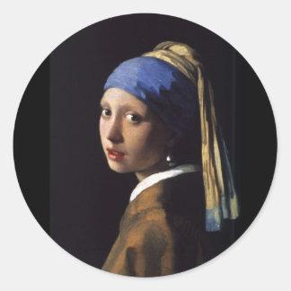 Chica con un pendiente de la perla pegatina redonda