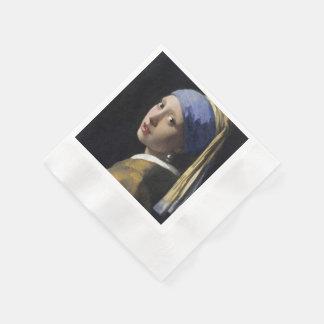 Chica con un pendiente de la perla servilleta desechable