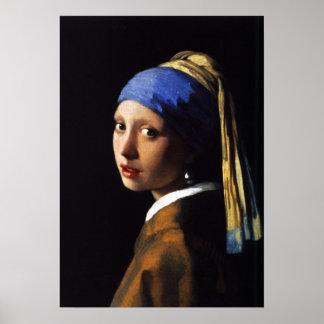 Chica con un poster del pendiente de la perla