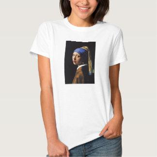 Chica con una camiseta del pendiente de la perla poleras