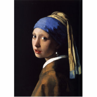 Chica con una pintura del pendiente de la perla po escultura fotografica