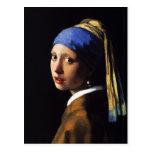 Chica con una postal del pendiente de la perla