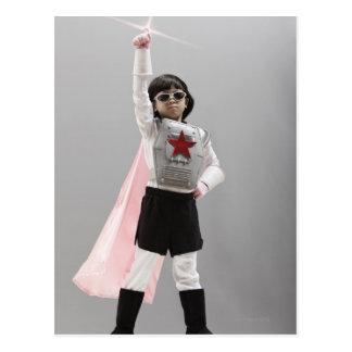 Chica coreano en traje del super héroe con el postal