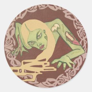 Chica de arrastre del zombi etiqueta redonda
