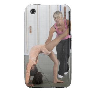 chica de ayuda del instructor con sus ejercicios Case-Mate iPhone 3 coberturas