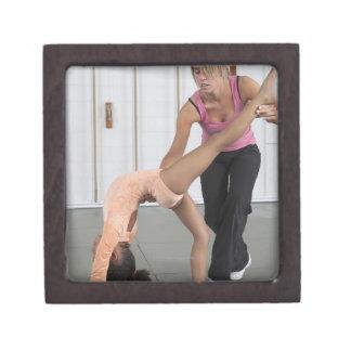 chica de ayuda del instructor con sus ejercicios d cajas de joyas de calidad