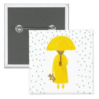 Chica de día lluvioso con el botón del oso de pelu pin