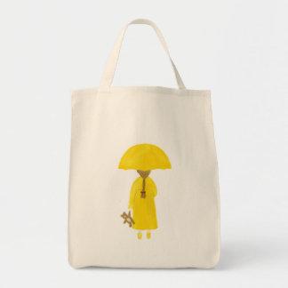 Chica de día lluvioso con la bolsa de asas del oso