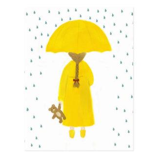Chica de día lluvioso con la postal del oso de pel