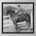 Chica de Equestrienne en su caballo 1926 Posters