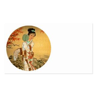 Chica de geisha con la fan tarjetas de visita