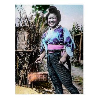 Chica de granja sonriente en viejo japonés del postales