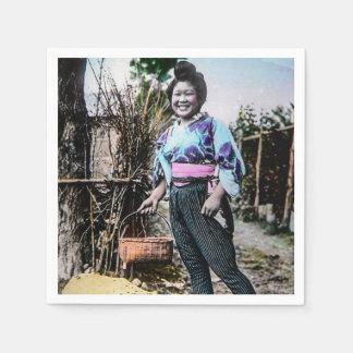 Chica de granja sonriente en viejo japonés del servilleta de papel