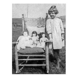 Chica de granja y su vintage de los amigos de la postales