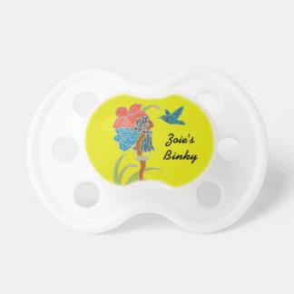 Chica de hadas del jardín con el pájaro chupetes de bebé