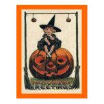 Chica de Halloween del vintage en Jack o'Lantern