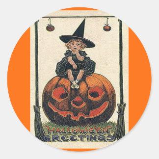 Chica de Halloween del vintage en Jack o'Lantern Pegatina Redonda
