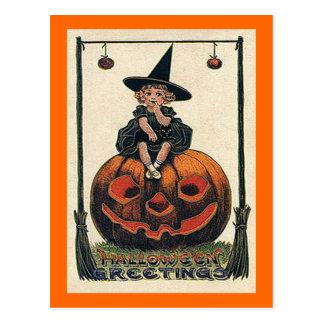 Chica de Halloween del vintage en Jack o'Lantern Tarjeta Postal
